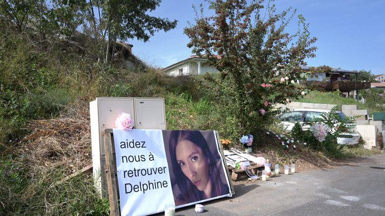 Des fleurs et des bougies étaient encore déposées devant le domicile de Delphine Jubillar à Cagnac-les-Mines (Tarn), le 7 septembre 2021. (MARIE PIERRE VOLLE / MAXPPP)