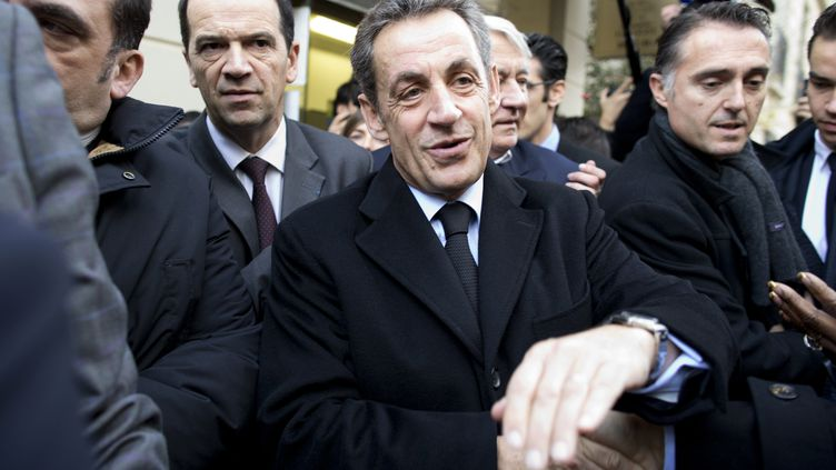 Nicolas Sarkozy s'apprête à voter à l'élection pour la présidence de l'UMP, à Paris, le 29 novembre 2014. (KENZO TRIBOUILLARD / AFP)
