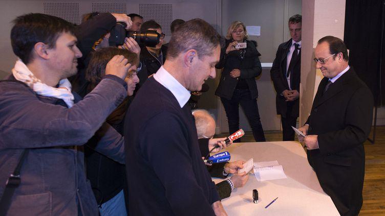 François Hollande vote dans son bureau de Tulle (Corrèze), dimanche 6 décembre 2015 lors du premier tour des élections régionales. (CAROLINE BLUMBERG / AFP)
