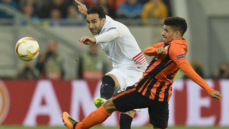 Taison (Chakhtior Donetsk) et Adil Rami (FC Séville) à la lutte (GENYA SAVILOV / AFP)
