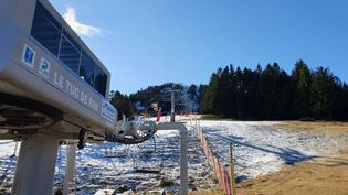 Le télésiège de la station de ski du Mourtis (Haute-Garonne) reste fermé par manque de neige. (LAURIANE DELANOE / RADIO FRANCE)