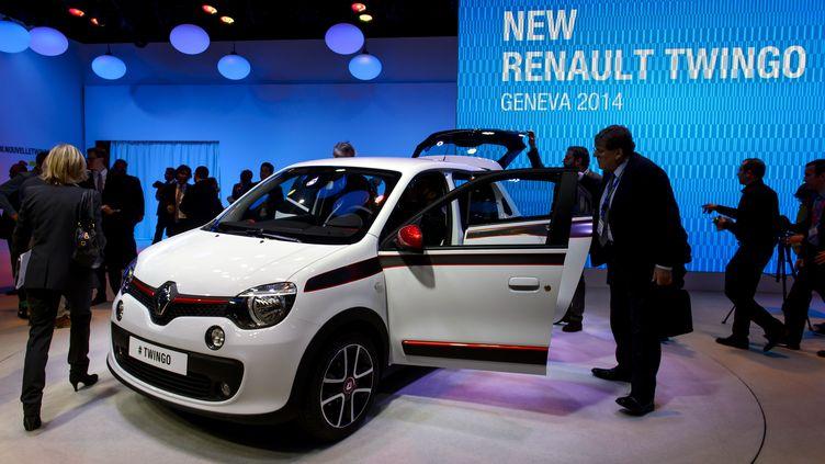 La Twingo nouvelle version est présentée à la presse lors du Salon de Genève (Suisse), le 4 mars. (FABRICE COFFRINI / AFP)