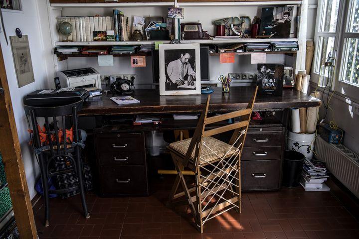 Le bureau de Boris Vian, dans son appartement parisien derrière le Moulin Rouge. (CHRISTOPHE ARCHAMBAULT / AFP)