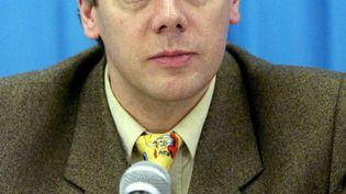 Gilles Beyer, le 30 janvier 1999, pendant une conférence de presse aux championnats d'Europe de patinage artistique à Prague (République tchèque). (JACQUES DEMARTHON / AFP)