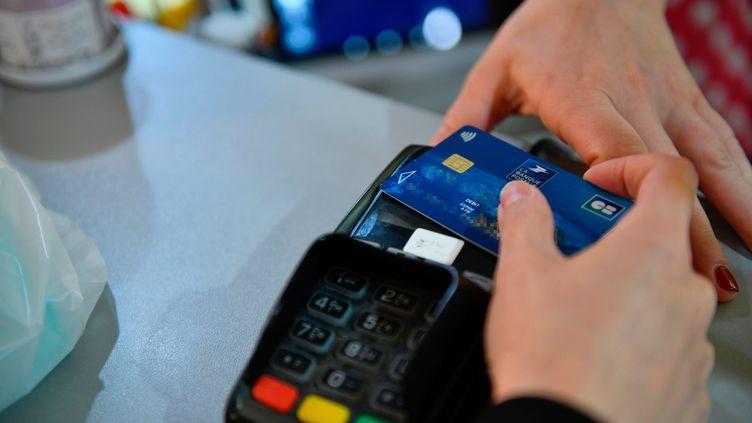 Un paiement par carte bancaire dans un commerce français le 19 mai 2020. (CECILE CHAMPAGNAT / MAXPPP)