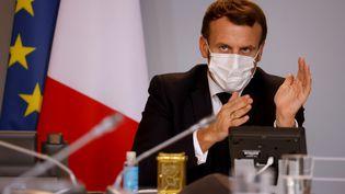Le président Emmanuel Macron lors d'une visioconférence avec des dirigeants d'entreprises étrangères le 6 novembre 2020 à l'Elysée, à Paris. (LUDOVIC MARIN / AFP)