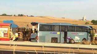 Le car et le poids lourd accidentéssur l'autoroute A4 à hauteur de Villers-Agron-Aiguizy (Aisne), le 16 août 2018. (S SIDIBE/FRANCE 3 HAUTS-DE-SEINE)