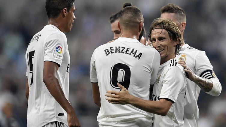 L'attaquant français du Real Madrid, Karime Benzema, félicité ici par Luka Modric et ses coéquipiers après son doublé contre Leganés. (GABRIEL BOUYS / AFP)