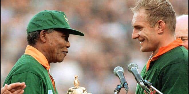 Le président sud-africain Nelson Mandela remet le trophée William Webb Ellis à François Pienaar, captaine victorieux des Springboks vainqueurs de la Nouvelle-Zélande (15-12) après prolongation
