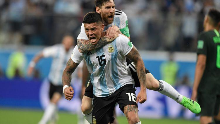 Macos Rojo et Lionel Messi célèbrent le deuxième but de l'Argentine face au Nigeria, le 26 juin 2018. (GABRIEL BOUYS / AFP)