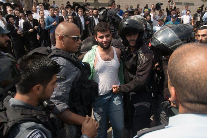 Un Palestinien est arrêté après avoir poignardé un jeune Israélien à Jérusalem, le 9 octobre 2015. (MENAHEM KAHANA / AFP)