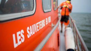 Un membre de la Société nationale des sauveteurs en mer (SNSM), durant un entraînement à Saint-Nazaire, le 28 juin 2019. (SEBASTIEN SALOM-GOMIS / AFP)