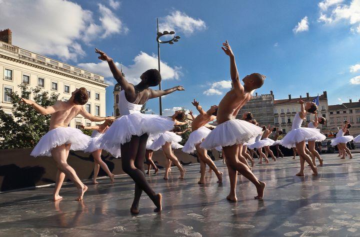 Le Lac des Cygnes, version Dada Masilo sur la place Bellecour de Lyon  (Biennale de la Danse )