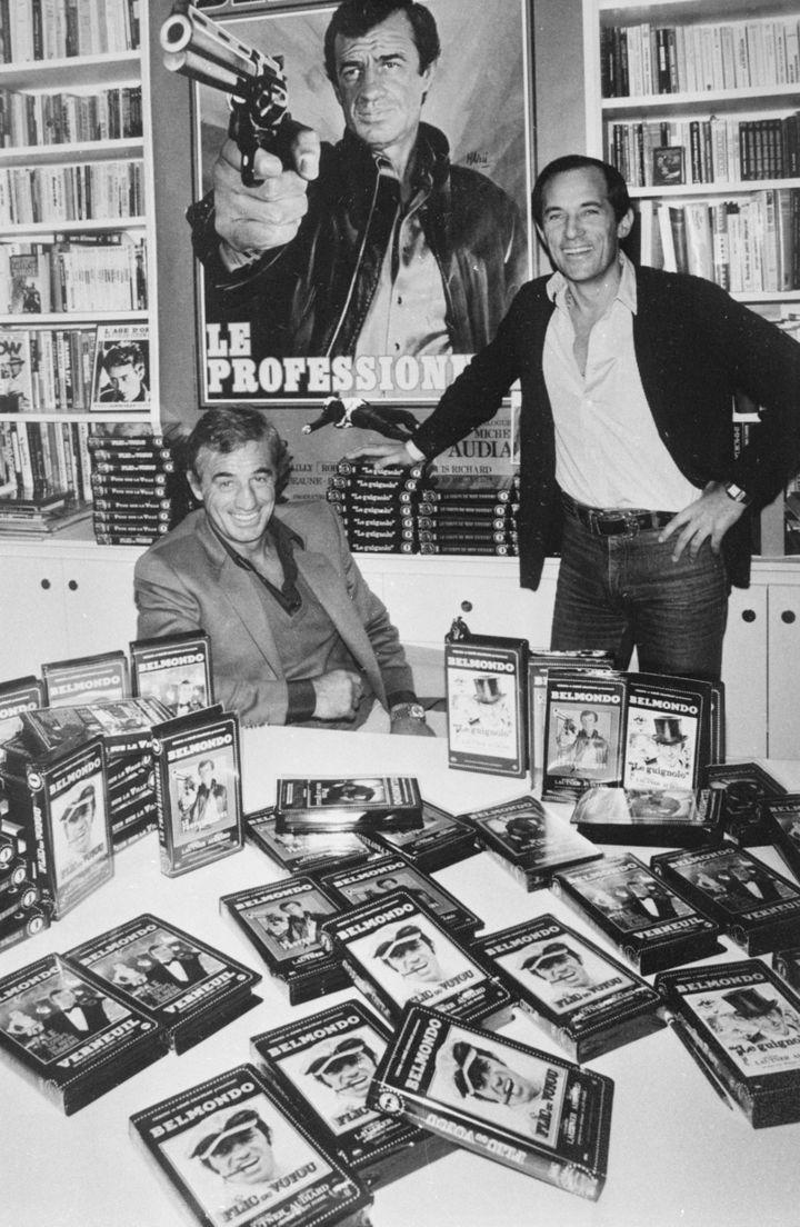 """L'acteur Jean-Paul Belmondo et le publiciste René Chateau lors de la sortie du film """"Le Professionnel"""", à Paris, en décembre 1981. (DANIEL SIMON / GAMMA-RAPHO / AFP)"""