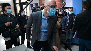 L'ancien directeur d'Ikea France, Stefan Vanoverbeke arrive au palais de justice de Versailles, le 22 mars 2021, avant le procès d'Ikea France en tant que personne morale avec plusieurs de ses anciens dirigeants, sur des accusations de gestion d'un système élaboré pour espionner le personnel et les candidats. (MARTIN BUREAU / AFP)