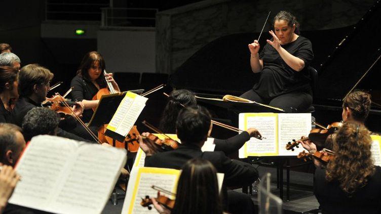 """Zahia Ziouani, chef d'orchestre du Divertimento Symphony Orchestra, à la """"Folle journée"""" de Nantes, le 29 janvier 2014  (FRANK PERRY / AFP)"""