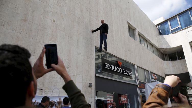 L'illusionniste israélien Hezi Dean est suspendu au-dessus d'une foule, à Tel Aviv, le22 mars 2015. (BAZ RATNER / REUTERS)