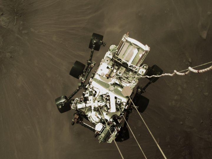 Le robot de la Nasa, Perseverance, lors de son atterrissage sur Mars, le 18 février 2021. (NASA / JPL-CALTECH)