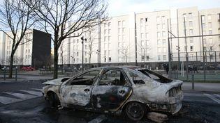 Une voiture a été incendiée lors de heurts dans la cité des 3 000, à Aulnay-sous-Bois (Seine-Saint-Denis), le 6 février 2017. (GEOFFROY VAN DER HASSELT / AFP)
