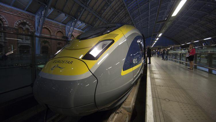 Un train Eurostar en gare de Saint-Pancras, à Londres (Angleterre), le 13 novembre 2014. (ANDREW COWIE / AFP)