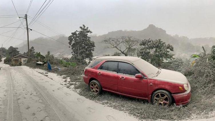 Une voiture recouverte de cendres après l'éruption du volcan La Soufrière, samedi 10 avril 2021, à Saint-Vincent. (UWI SEISMIC RESEARCH CENTRE / AFP)