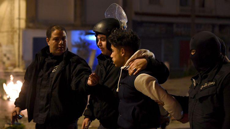 Des heurts entre manifestants et policiers ont eu lieu pour la troisième nuit consécutive en Tunisie, 10 janvier 2018. (FETHI BELAID / AFP)