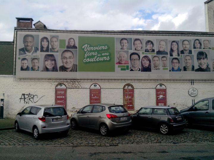 """Une affiche placardee en centre-ville proclame """"Verviers, fiers de nos couleurs"""". (MATHIEU DEHLINGER / FRANCETV INFO)"""