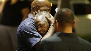 Devant l'église noire de Charleston (Caroline du Sud, Etats-Unis), après la fusillade qui a fait au moins neuf morts, le 17 juin 2015. (DAVID GOLDMAN / AP / SIPA )