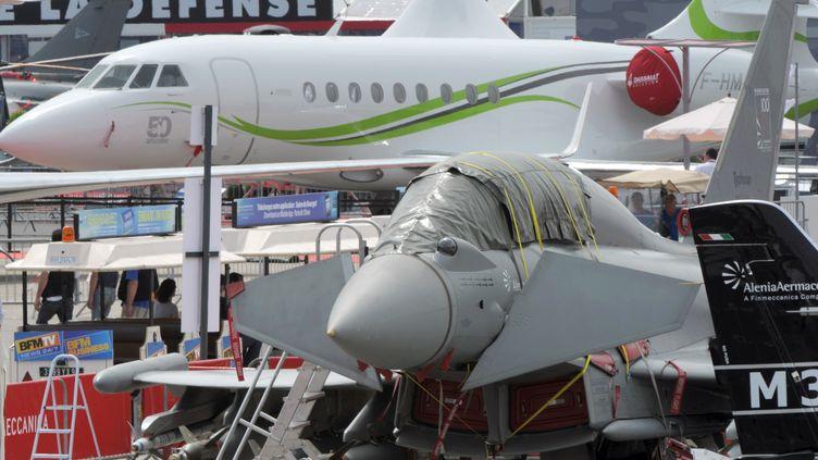 Un avion sur l'aéroport du Bourget (Seine-Saint-Denis), à la veille de l'ouverture du salon international de l'aéronautique, le 16 juin 2013. (ERIC PIERMONT / AFP)
