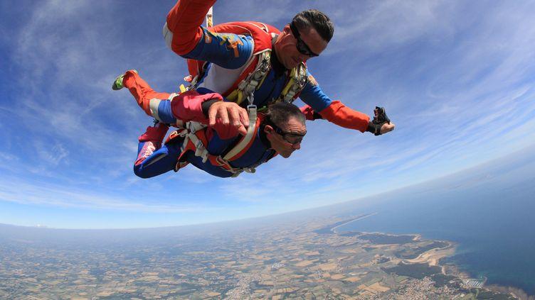 Pour ses 80 ans, Jean-Claude Le Bourhis a sauté en parachute. (Jean-Claude Le Bourhis)