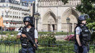 """Des agents déployés autour de Notre-Dame de Paris, après l'agression d'un policier par un homme qui s'est présenté comme """"un soldat du califat"""", le6 juin 2017. (SAMUEL BOIVIN / CITIZENSIDE / AFP)"""