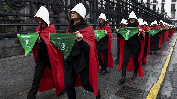 Des femmes demandant la légalisation de l'avortement manifestent devant le Congrès national à Buenos Aires (Argentine), le 25 juillet 2018. (EITAN ABRAMOVICH / AFP)