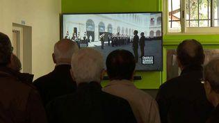 Des Arméniens réunis dans un bar de Valence devant l'hommage national à Charles Aznavour  (France 2 / culturebox)