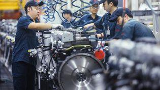 Une usine de moteurs de poids lourds à Hangzou (Chine). (STR / AFP)
