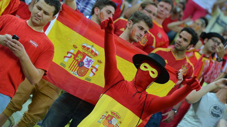 Des supporters espagnols encouragent leur équipe lors du match contre la Croatie, le 18 juin à Gdansk (Pologne). (GABRIEL BOUYS / AFP)