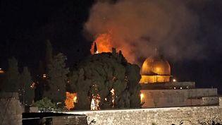 Un arbre en feu à proximité de la mosquée Al-Aqsa, à Jerusalem, le 10 mai 2020. (CLAIRE GOUNON / AFPTV)