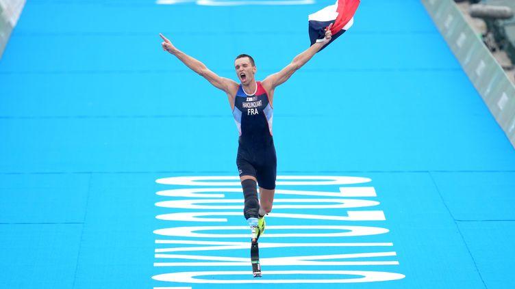 Le Français Alexis Hanquinquant célèbre sa victoire après l'épreuve de triathlon PTS4 masculin au parc marin d'Odaiba lors de la quatrième journée des Jeux paralympiques de Tokyo, le 28 août 2021. (JOHN WALTON / MAXPPP)