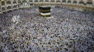 Des pèlerins musulmans se recueillent autour de la Kaaba, au coeur de la grande mosquée de La Mecque (Arabie Saoudite), le 7 septembre 2016. (ORHAN AKKANAT / AFP)