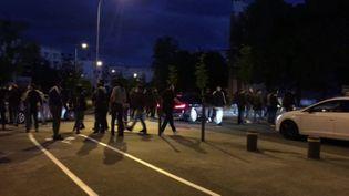 Des dizaines depersonnesétaient présentes, dimanche 14 juin 2020, lors d'affrontements dans le quartier des Grésilles à Dijon (Côte-d'Or). (AD / FTV)