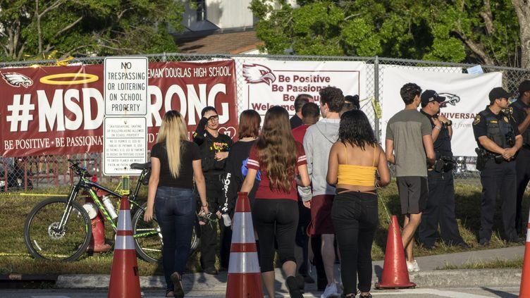 Dix jours après la fusillade, les élèves retournent au lycée Marjory Stoneman Douglas de Parkland (Floride), le 28 février 2018. (CRISTOBAL HERRERA / EPA)