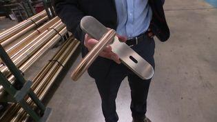 Une poignée de porte en alliage de cuivre pour lutter contre le Covid. (France 3 Champagne-Ardenne)