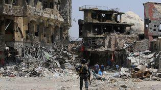 Pour venir à bout des dernières poches de résistance de l'EI à Mossoul,les forces irakiennes doivent redoubler de prudence afin de progresser dans la vieille ville. Les ruelles étroites sont truffées de mines et même lesobjets ont étépiégés par les djihadistes. Pour l'armée irakienne, les renforts aériens sont par ailleurs devenus inutiles, car inadaptés à la présence de nombreux civils dans la ville. (ALAA AL-MARJANI / REUTERS)