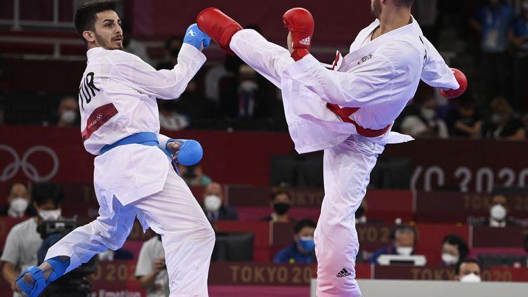 Le médaillé d'or olympique à Tokyo, Steven Da Costa face au Turc Eray samdan, le 5 août 2021. (ALEXANDER NEMENOV / AFP)