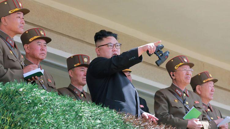 Photo non datée fournie le 14 avril 2017 par l'agence officielle nord-coréenne, montrant Kim Jong-un inspectant des exercices militaires, en Corée du Nord. (KCNA VIA KNS / AFP)