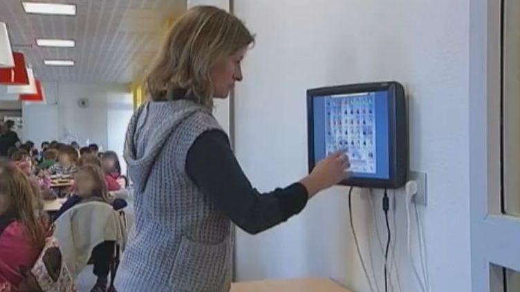 Ecran numérique dans une cantine scolaire de Ruffec (Charente) - lundi 28 novembre (Vidéo :Serge OURYOUX France 3)