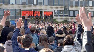 Environ 3 000 étudiants réunis en assemblée générale, à l'Université de Rennes 2 (Ille-et-Vilaine). Ils votent la reconduite du bloquage de la fac, le 16 avril 2018. (JOEL LE GALL / MAXPPP)