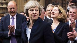 Theresa May applaudie par les députés de son parti devant le Parlement, à Londres, le 11 juillet 2016. (MAX NASH / AP / SIPA)