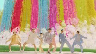 Au cinéma avec Parasite ou sur la plateforme Netflix avec Squid Games, la Corée du Sud enchaîne les productions à succès. Le pays séduit également les adolescentes du monde entier grâce à ses groupes de K-pop. (Capture d'écran France 2)