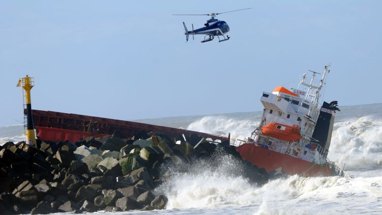 """Un hélicoptère de la marine survole l'épave du """"Luno"""", échoué à Anglet (Pyrénées-Atlantiques), le 5 février 2014. (GAIZKA IROZ / AFP)"""