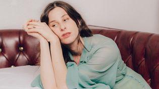 """La chanteuse américaine Buzzy Lee, alias Sasha Spielberg, sur la couverture de son EP """"Facepaint"""". (FUTURE CLASSIC)"""